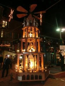 Holzpyramide auf dem Adventsmarkt am Aegidiimarkt